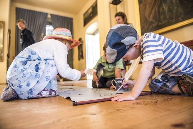 Die Kinder durften mit Federn eine Schriftrolle beschreiben