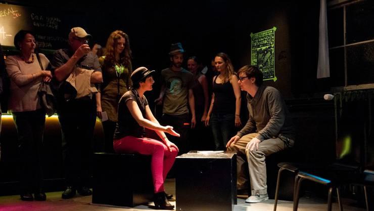 Das Trotamundos-Team spielt Szenen aus der Entstehungsgeschichte des Kulturlokals nach
