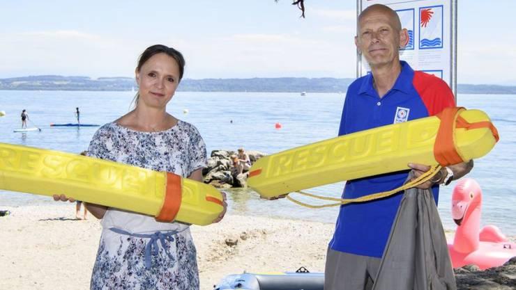 """""""Mister Corona"""" Daniel Koch, Botschafter der  Lebensrettungs-Gesellschaft SLRG (r) stellte letzte Woche die diesjährige SLRG-Kampagne vor. Öffenbar schlägt die Prävention recht gut an: Die Schweiz gehört in Europa zu den Ländern mit den wenigsten Ertrinkungstoden pro 100'000 Einwohner. (Archivbild)"""