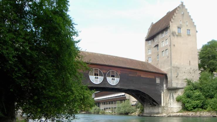 Die Holzbrücke beim Badener Landvogteischloss stammt aus dem Jahr 1810. Seit 2005 ziert sie das «Fluss-Observatorium» des Künstlers Vincenzo Baviera.