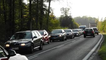 Viel Verkehr auf der Kantonsstrasse im Hardwald zwischen Laufenburg und Sisseln. Aufgenommen während der Bauphase im Sommer 2018. (Archiv)