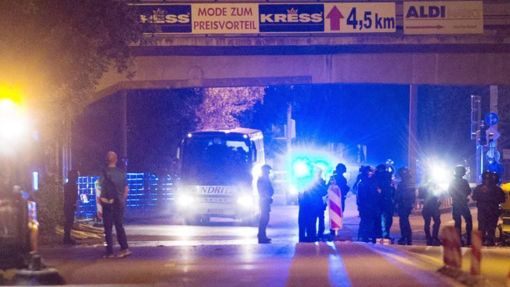 Der erste Bus kommt in Heidenau an: Schwer bewaffnete Polizisten stehen bereit, um die Ankömmlinge vor möglichen Angriffen der Rechtsextremen zu schützen.