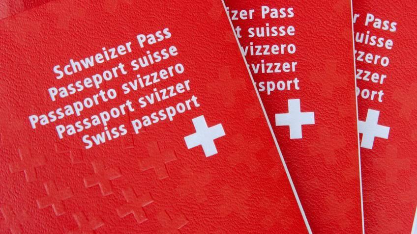 Um einen Schweizer Pass zu erhalten, muss man den Einbürgerungstest bestehen. (Symbolbild)
