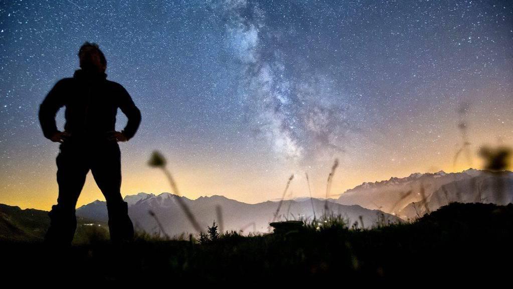 Eine klitzekleine Sternschnuppe findet sich links oben. Das Foto wurde auf dem Col Du Tronc geschossen.