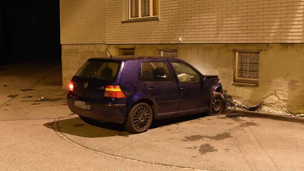 Kurznachrichten: Auto rammt Haus, Schloss Rapperswil, Autoposer