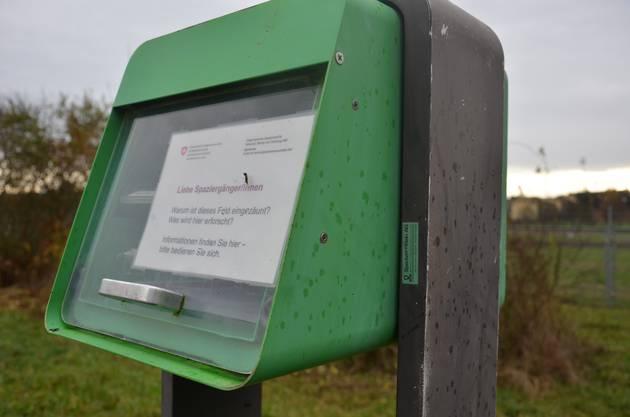 eine briefkastenähnliche Box mit Flyer, die über die Anlage, Agroscope und deren Projekte aufklären.