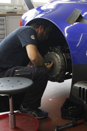 Mechaniker Beat Kunz arbeitet hoch konzentriert an der Fertigstellung des GT3 Jaguar.