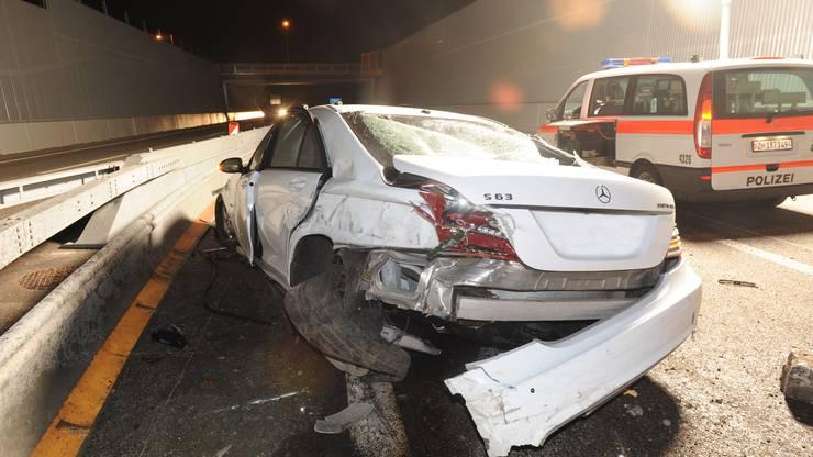 Das Unfallauto auf der Autobahn bei Bülach