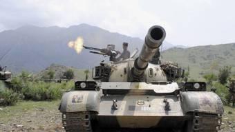 Pakistanischer Soldat schiesst aus Panzer (Archiv)