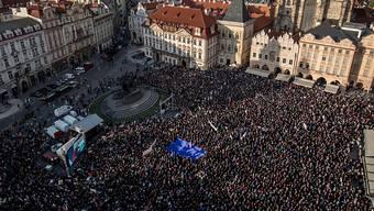 Die Demonstranten forderten auf dem Altstädter Ring in Prag auf Spruchbändern eine unabhängige Justiz und den Rücktritt des 64-Jährigen.