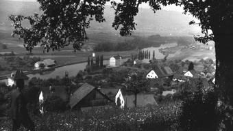 Bis 1983 stand an der Limmat in Oetwil die Seidenzwirnerei Wettstein (in der Mitte dieser undatierten Aufnahme). Für den Neujahrsapéro hat Paul Studer ein Modell des Fabrikgebäudes angefertigt.