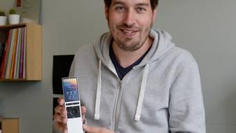 Raphael Oberholzer, Mitgründer und CEO, zeigt die Neeo-Fernbedienung.