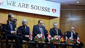 Der tunesische Innenminister Gharsalli (Mitte) flankiert in Sousse rechts von seinen Amtskollegen de Maizière (Deutschland) und Cazeneuve (Frankreich) sowie Theresa May (Grossbritannien) links.