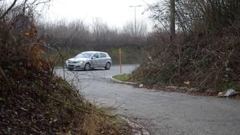 Hier wurde die Leiche des Mannes gefunden: Das asphaltierte Verbindungsstück zwischen der Umfahrungsstrasse Weiningen und dem Feldweg.