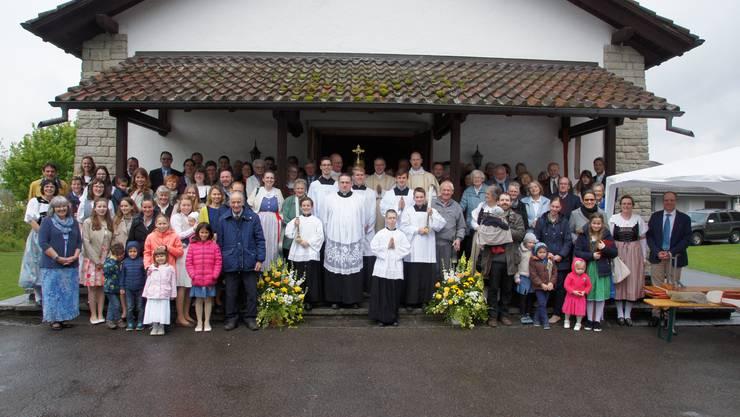 Die Kirchgemeinde vor der Bruderklausen-Kapelle in Etzgen