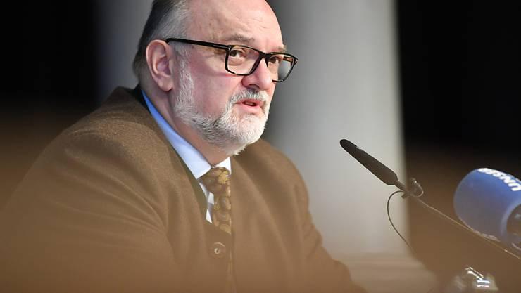 Jürgen Dupper (SPD), Oberbürgermeister von Passau, informiert auf einer Pressekonferenz über neue Auflagen der Stadt zur Coronaeindämmung. Foto: Lino Mirgeler/dpa