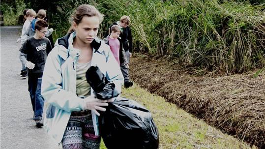 Die Schüler aus der zweiten und dritten Oberstufe Seengen suchten das Ufer gewissenhaft nach Abfall ab.
