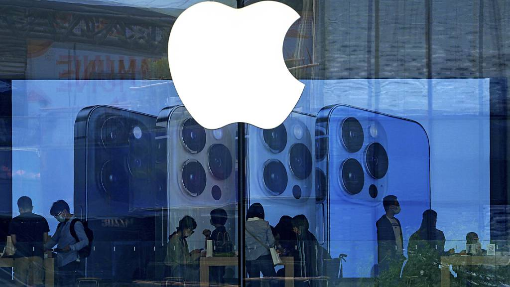 Der Apple-Konzern akzeptiert das Urteil im App-Store-Prozess nicht: Kunden in einem Apple-Store in Peking (Bild vom 28. September).