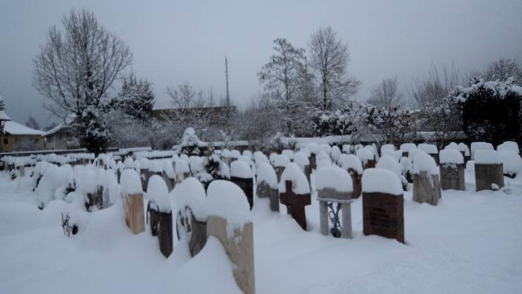 Auch der Friedhof bekommt Schnee