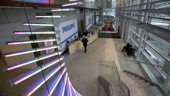 Nur die Neonlampen leuchten beim Philipps Hauptsitz in Amsterdam rosa (Archiv)