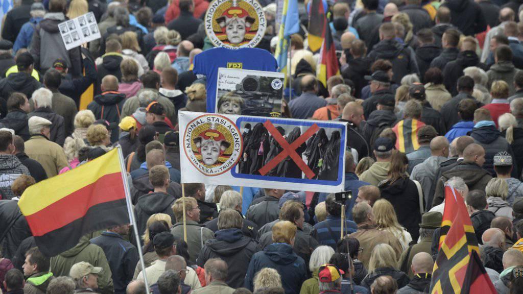 """Die Masse pöbelte an der Einheitsfeier am 3. Oktober in Dresden: Auf dem Weg zur Frauenkirche wurden Politiker aufs Übelste beschimpft und beleidigt, """"Volksverräter""""-Rufe hallten."""