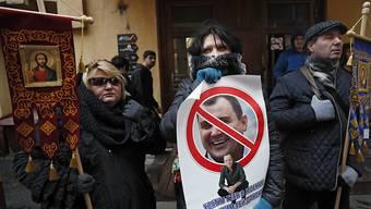 Orthodoxe Demonstranten protestieren gegen homosexuelle Künstler in Moskau. (Foto:Yuri Kochetkov/EPA Keystone)