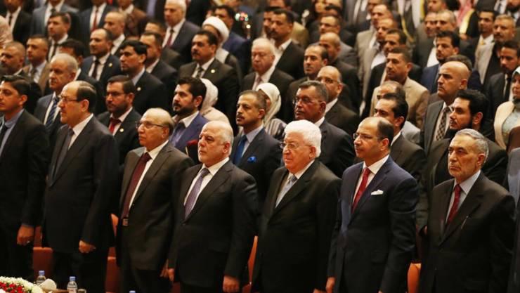 Im Irak ist das Parlament erstmals seit der Wahl am 12. Mai zu einer Sitzung zusammengekommen. Der bisherige Regierungschef Haidar al-Abadi (Mitte-links) wird die nächste Regierung mitprägen.