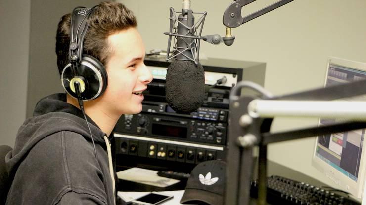 Cyril hat schon ein wenig Erfahrung, er ist Mitglied eines Jugendradios. Souverän nimmt er ein Interview im Aufnahmestudio auf.