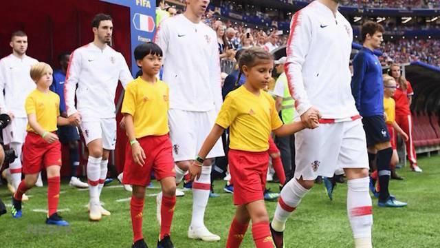 8-jährige Giulia schreitet mit Rakitic ins WM-Stadion