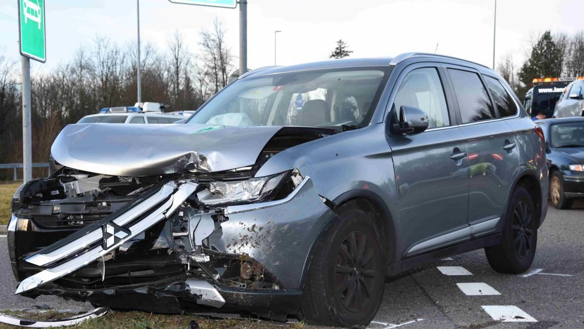 Beim Unfall wurden drei Personen leicht verletzt.