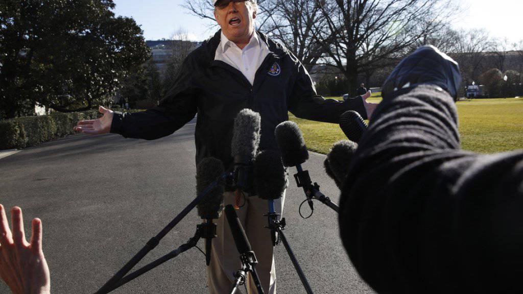 US-Präsident Donald Trump spricht am Donnerstag beim Verlassen des Weissen Hauses zu den Medien - auf Twitter sagte er später seine Teilnahme am WEF ab.