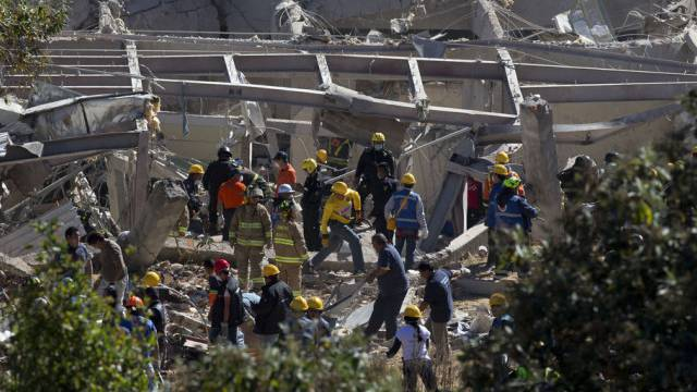 Rettungskräfte im von der Explosion beschädigten Spital