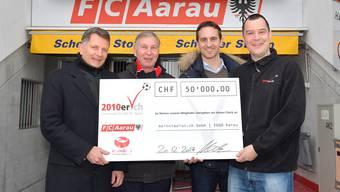 Der 2010er-Klub übergibt den Check von 50000 Franken. von links: Michael Hunziker von meinstadion.ch, FCA-Präsident Alfred Schmid, FCA-Sportchef Sandro Burki und 2010er-Präsident Michael Vock.