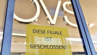 Im Juni sind deutlich weniger Firmen in der Schweiz pleite gegangen. Dennoch gab es einen Riesenkonkurs: Der Kleiderhändler OVS (ehemals Charles Vögele) machte dicht. (Archiv)