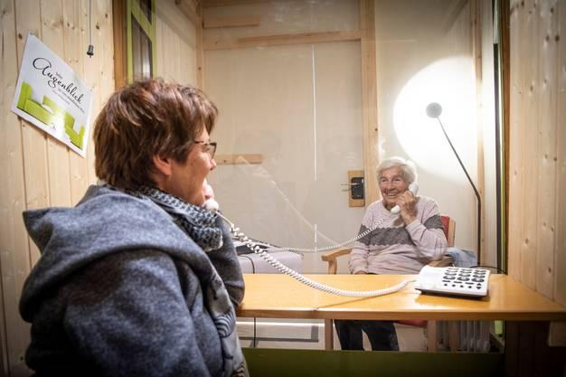 Getrennt durch eine Scheibe, verbunden per Telefon: Ein Foto aus der Wattwiler Besucherbox.