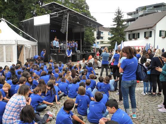 Neben der Bühne warten die Kinder der Mittelstufe auf ihren Einsatz.