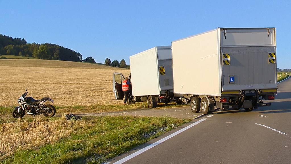 Rifferswil (ZH): Ein Schwerverletzter bei Kollision zwischen Töff und Lieferwagen