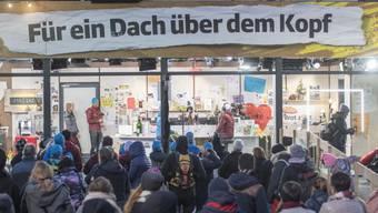 """In und an der Glasbox wurde fleissig Geld gespendet, anlässlich der Aktion """"Jeder Rappen zählt 2018"""", am 18. Dezember auf dem Europaplatz in Luzern."""
