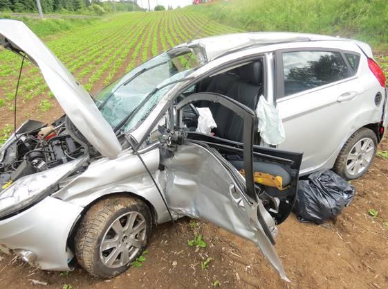 Das Auto erlitt einen Totalschaden. Der gesamte Schaden beläuft sich gemäss erster Schätzung der Kantonspolizei auf rund 40'000 Franken.