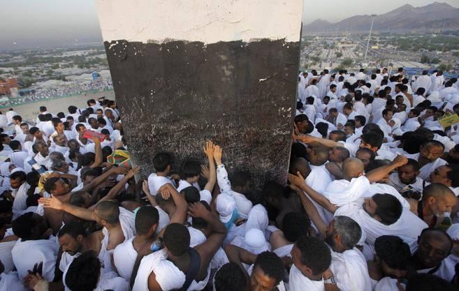 Pilger auf dem Weg zum Berg Arafat. Hundettausenden haben den Aufstieg bei brütender Hitze angetreten.