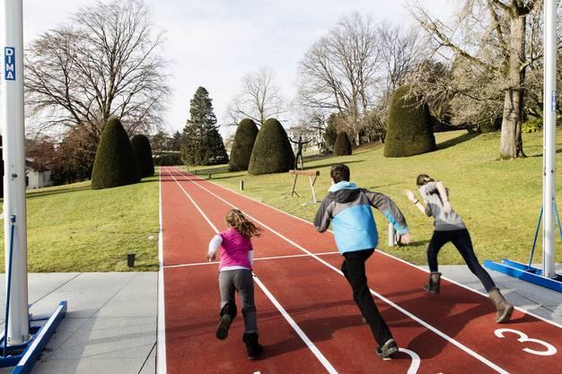 Kinder auf der Rennbahn des olympischen Museums