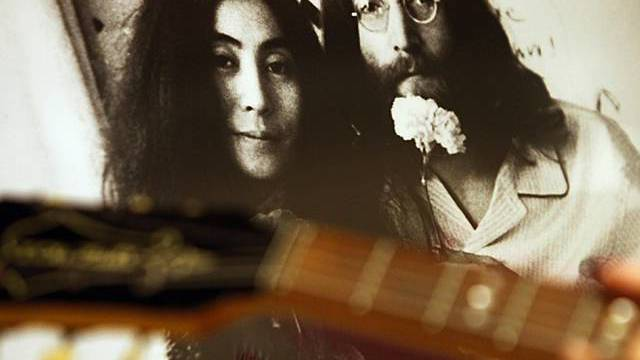 Gitarre von John Lennon - im Hintergrund Foto von Lennon und Ono (Archiv)