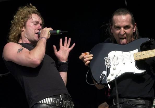 Lead-Sänger Carl Sentance und Fernando von Arb beim Auftritt von Krokus als Vorgruppe von AC/DC am 6. Juli 2001.