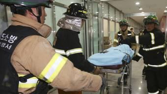 Retter bringen eine verletzte Person ins Spital