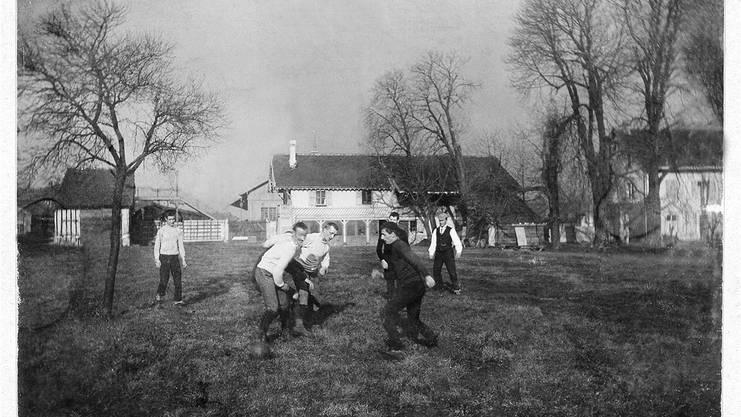 Das erste fotografische Dokument fussballerischer Aktivitäten in der Region Basel. Es zeigt Spieler des 1893 gegründeten FC Basel beim Trainieren auf der Wiese beim Landhof.