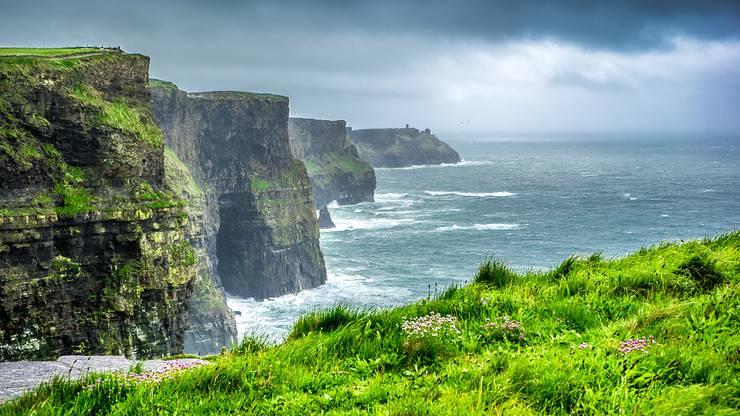 Blick auf die Cliffs of Moher, die bekanntesten Steilklippen Irlands.