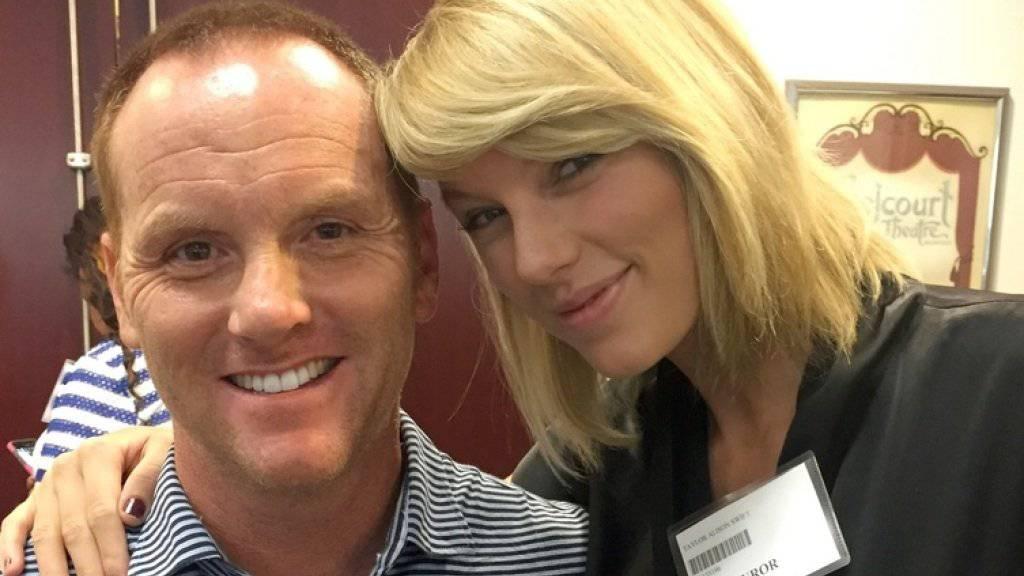 Ein Star zum Anfassen: Selbst ungeschminkt und in züchtiger Gerichtskleidung posiert Taylor Swift mit ihren Fans. (AP)