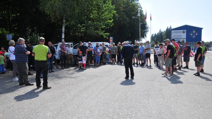 Beim Kieswerk: Bürgergemeindepräsident Otto Jäggi (Mitte) begrüsst die Teilnehmenden.