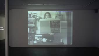 Still aus Martha Roslers «Semiotics of the Kitchen». Das sechsminütige 1-Kanal-Video (schwarz-weiss, mit Ton) von 1975 wurde vom Kunstmuseum Basel 2003 angekauft.