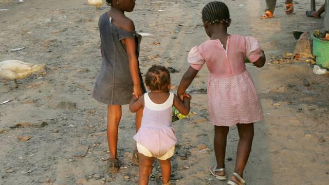 Kinder unterwegs in einer Strasse der Hauptstadt Kinshasa (Archiv)